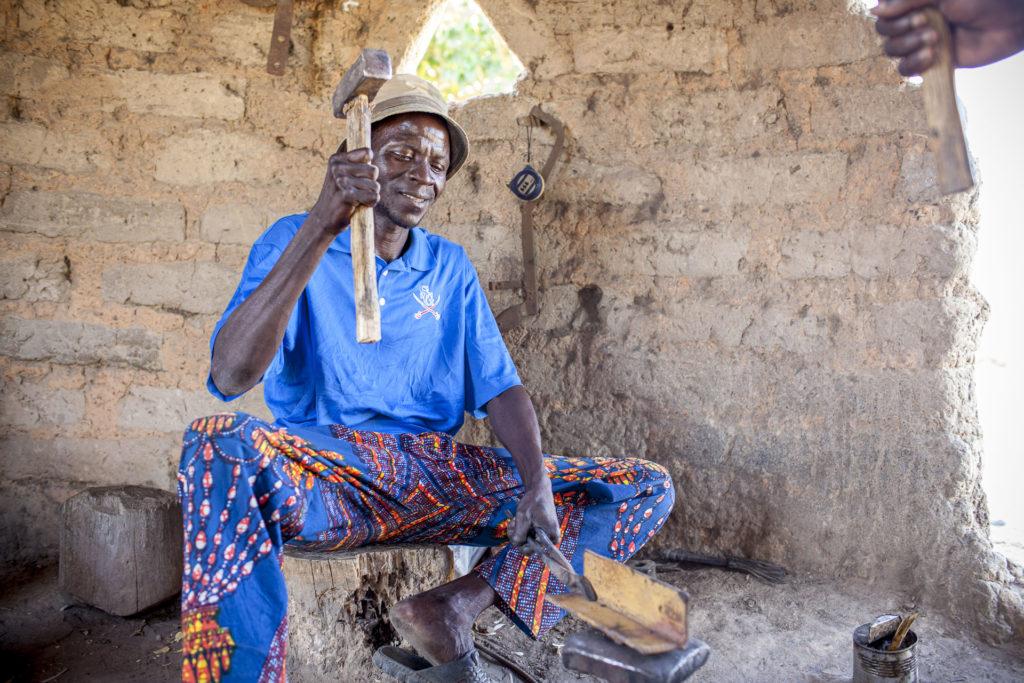 In unseren #Impactstories berichten wir regelmäßig, wie unsere Kunden in den Dörfern, in denen wir aktiv sind, den nachhaltigen Strom nutzen. Auch Noumoukossa Bagayoko war, bevor er Strom von Africa GreenTec bezog, auf Dieselgeneratoren bei seiner täglichen Arbeit als Schmied angewiesen.